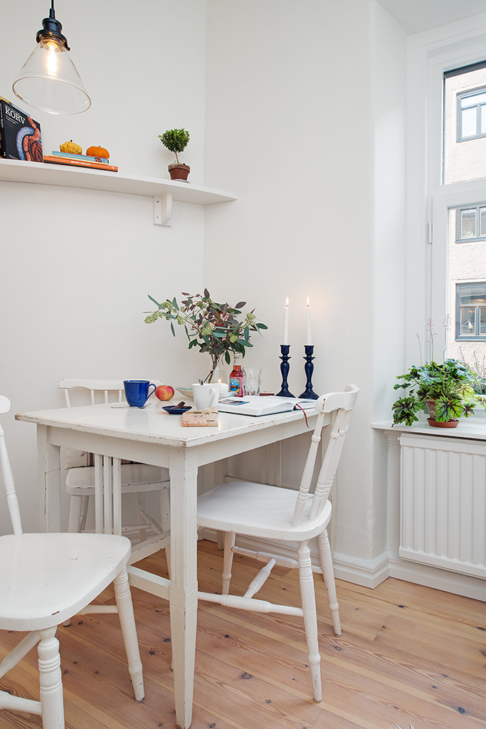 Small White Kitchen Table and Chairs